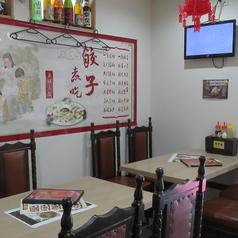 1階のテーブル席は1卓につき4名様まで着席可能。親しいお仲間との飲み会にピッタリな使い勝手の良いテーブル席です♪