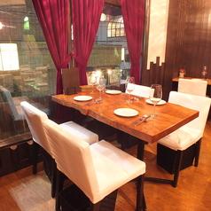 木をそのまま切りだした重厚感あるテーブルがシックで大人な空間を演出致します。【町田/女子会/記念日/ワイン/野菜/ランチ/ハンバーグ】