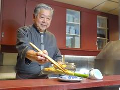 カウンター席は特等席。実は一番アツアツの美味しい揚げたて串揚げが食べられます・・・!!