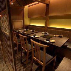 テーブル個室は2名様から22名様迄人数に応じて個室にできます。靴を脱がないから移動も楽々!
