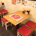 入口近くのテーブル席は気軽に飲むのにピッタリの空間!麻生駅からも近いので仕事帰りのサク飲みにもぜひおすすめです♪