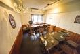 【別館 Another Pint】2 階。4名テーブル席は仕事帰りのサク飲み、仲間飲み、女子会にも。フロア貸切の宴会時は9名から15名様まで対応、レイアウトも変更可能です!!