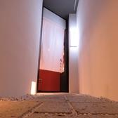 3階でエレベータを降りのれんをくぐると上質な空間が…。