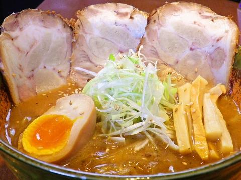 麺にこだわり、それに合うスープをとことん追及。渾身のラーメンを味わおう!