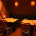 奥のテーブル席は広々半個室空間