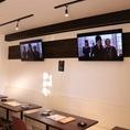 テレビモニター完備です。※店内にはコンセントも多数ございます。スマホや電子タバコの充電にご利用ください。