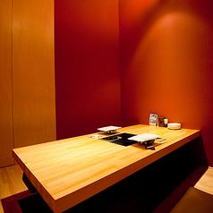 """【掘りごたつ半個室/6名様まで】おもてなしにも喜ばれる、落ち着いた雰囲気(1部屋)半個室は、2階のフロア奥にあります。木をふんだんに使用したシンプルでぬくもり溢れるインテリアは、""""こだわりのある大人""""にも高評価。""""大阪で美味しいお肉が食べたい""""とお考えのゲストや、ちょっとしたお祝いごとにも最適!"""