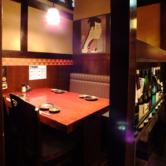 【テーブル半個室】最大4名様までのテーブル半個室席◎ちょい飲みや、友人、知人との飲み会に最適です。桜肉を使った当店自慢の彩り鮮やかな肉寿司を是非ご賞味ください!その他にも、馬肉を使った美味しいお料理をご用意してお待ちしております!