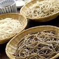 """北海道産蕎麦の実を店内の石臼で挽き、栃木 日光連山の伏流水を使い毎日打ちます。こだわりの蕎麦は、ヌキ実を使用した""""もりそば""""、蕎麦の実の中心部分を使用した""""凛蕎麦""""、玄蕎麦を使用した""""田舎蕎麦""""の3種類をご用意しております。"""