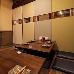 2階掘りごたつ席。4名様向けテーブル掘りごたつ席となっております。お席を繋げて8名様までの個室としてもご利用頂けます。