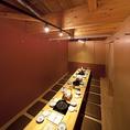 【2階フロア貸切】2階は最大30名様までお集まり可能!大人数宴会も当店にお任せください。全席掘りごたつで、足を伸ばしておくつろぎいただけます。大いに語り合いたい夜にも最適。木をふんだんに取り入れたぬくもり溢れるインテリアは、幅広い世代の方に好評です。※一部の席間には、カーテン・仕切りを設置しております。