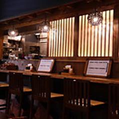 カウンター4席ございます。気軽にお酒とお食事が楽しめるカウンター席。お仕事帰りのサク呑みにも。