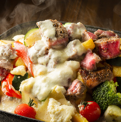料理メニュー写真牛ステーキの濃厚チーズフォンデュ風