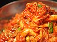 【鶴兆のキムチ(自家製キムチ)】 「世界一うまい」と自負できる鶴兆のキムチは、季節によって風味が変わる野菜に合わせて塩加減を調整し、そのとき一番おいしく召し上がっていただける状態に。野菜が本来持つ味を最大限に活かすため、野菜それぞれに合わせて作り方も変えています。