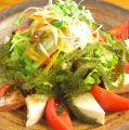 料理メニュー写真海ぶどうと島豆腐の和風サラダ