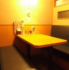 ソファーテーブル個室。仕切りがあります。