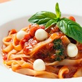 イタリアではその昔から鉄板メニュー。トマトとバジルとモッツアレラチーズ。つまりカプレーゼ。ピッツアではマルゲリータですね!【いたりあ食堂 ヘップバーン】の定番人気メニューです♪