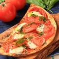 料理メニュー写真ロミロミトマト&モッツァレラチーズのピザ