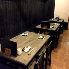 【2F/東屋】落ち着いた木目調のテーブル。各テーブルの間はブラインドの上げ下げが可能ですので、お隣のお客様を気にせずゆっくりして頂けます。