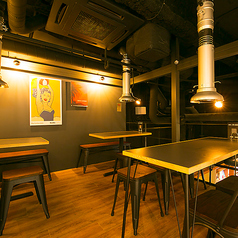 スタイリッシュな店内が一望できるロフト席もご用意。広々とした開放的な店内で、美味しいお料理とお酒をお楽しみください。