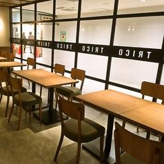 定番のテーブル席はゆったり広々したお席で、のんびりお寛ぎ頂くことが出来ます。つい長居したくなるような落ち着く空間。カフェ利用にも仕事帰りのサク飲みにもおすすめ!!