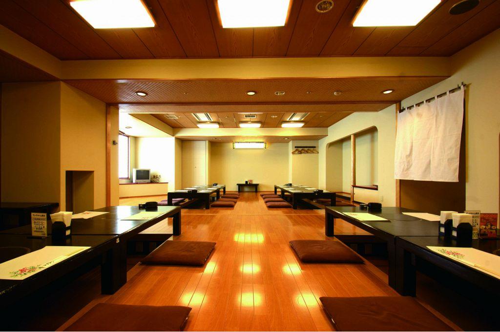 最大44名様迄可能な宴会場。座り心地も抜群!一人あたりの幅も広いので、同窓会や会合等にも最適