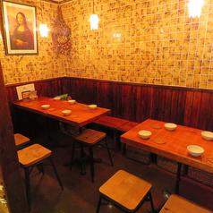 テーブルはレイアウト可能!4人席。デートや女子会などにぴったり♪テーブルはつなげて大人数の宴会にも対応できます。