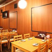 テーブル席(4名壁にはテレビを設置しています。普段使いにぴったりの席です。急に決まった少人数でのご宴会にはこちらのテーブル席がおすすめ。4名様×2卓ご用意しております。