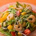 料理メニュー写真太陽のめぐみ完熟マンゴーとシュリンプ・アボカドサラダ