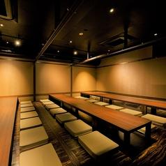 お座敷席となっており、16名様の個室が3部屋。全て繋げると最大50名様までご利用が可能です。当店自慢の鮮魚とお酒がゆったり愉しめる宴会場で、歓送迎会、忘年会、同窓会など各種宴会でのご利用にお勧めです。