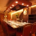 テーブル16席+鉄板カウンター8席、26名様までOKの半個室。小パーティにも最適なコーナー。 同窓会や懇親会などのお集りにご利用ください。