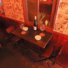 2人席。プライベートな雰囲気漂う席で料理とお酒をお愉しみ下さい♪