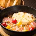 【カマンベールチーズのアヒージョ】熱々とろとろチーズをワインと一緒に♪