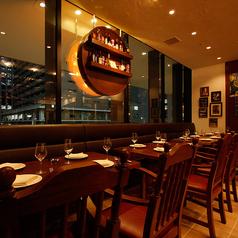 窓際のソファー・テーブル席は2名様のデート利用から18名様までの宴会利用まで幅広くご対応可能です。開放感ある落ち着いた店内、デートや記念日等特別な日のお食事にもぴったり。こだわりのナポリ料理をご堪能ください♪