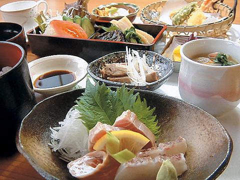 旬なお魚や安心・安全の野菜を使用した店主自慢の家庭料理を堪能できるお店。