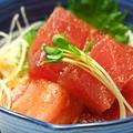 料理メニュー写真ピリ辛マグロ/オニオンスライス/冷しトマト