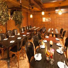 20名様のテーブル席は広々空間でお好みの配置に対応可能◎