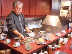 串揚げ一筋の店主が目の前で揚げる本格的な串揚げは、一度食べれば必ず虜に!