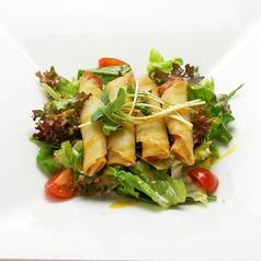 料理メニュー写真海老の春巻きサラダ