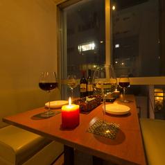 【小窓ソファー席】2名から5名ならテーブル1つを囲んで和やかに。全席ソファーなので気軽にくつろいで☆