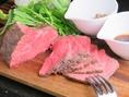 分厚いお肉は噛みごたえも抜群♪自分好みのソースにつけてお召し上がりくださいね♪