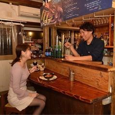 【1階】カウンターでスタッフと話しながら世界のビールと美味しい料理が味わえる★