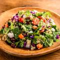 料理メニュー写真ケールとキヌアのヴィーガンチョップサラダ
