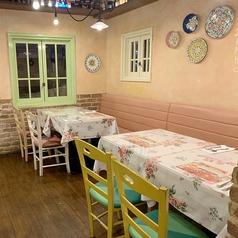 テーブルは調整して団体で利用することも可能です。半ソファー席もございます。