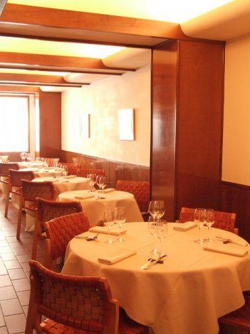 テーブルが広く、席と席の間も大きくとられたレイアウト。