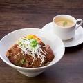 料理メニュー写真特上ローストビーフ丼(スープ付き)