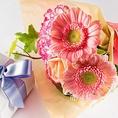 アニバーサリーケーキと一緒に花束のプレゼントはいかがでしょうか?ご予約の際にお気軽にご相談下さい♪《要予約/500円(税抜)》