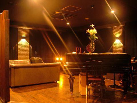 ピアノの音色を楽しみながら自分にあったカクテルを楽しむBAR