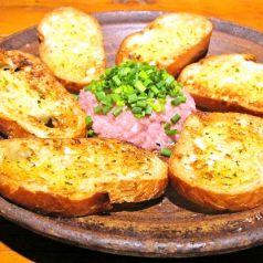 料理メニュー写真まぐろのタルタル ガーリックトースト添え