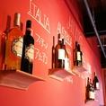 店内の壁にはオーナー厳選のワインが並びます!お好みのワインが見つかるかもしれませんね!